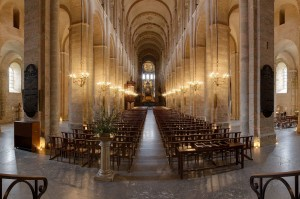 1920px-Nave_of_Basilica_Saint-Sernin_-_2012-08-24